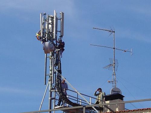 La FAV en contra de la decisió del govern en la regulació de les antenes de telefonia mòbil